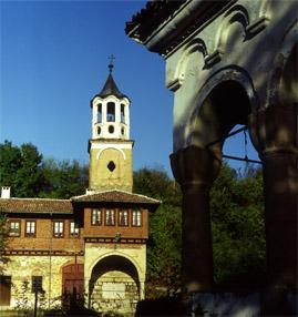 Камбанарията до жилищното крило в Плаковски манастир